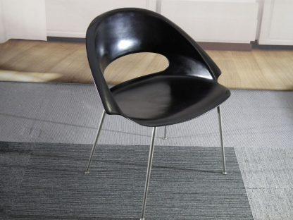 zwarte kunststof fauteuiltje